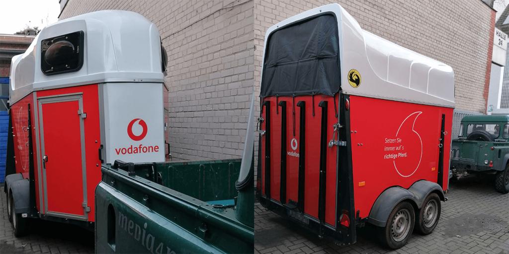 Pferdeanhänger Vodafone Branding Fahrzeugfolierung Gestaltung